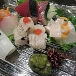 和彩キッチン直 - 造り盛り合わせ(カツオ、シマアジ、剣イカ、鱧の焼霜、ヒラメ)