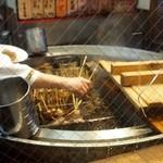 海ぼうず本店 - 店先にでっかいおでん鍋があり、串に刺さったおでんが一杯