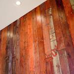 レストラン ノリ エ ノジ - 元のサーフショップの床材が壁に変身。