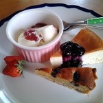 味工房ナウシカ - 贅沢な「3種のケーキ盛り合わせ」です。アイスとチーズケーキ、ブルーベリーのタルトでした。
