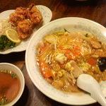 新華苑 - 料理写真:大きなから揚げが三個にキャベツ持ついてる