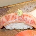 やしろ - 料理写真:「白老牛の炙り握り」一貫450円。炙り独特の風味!脂もしつこくなく、シャリとの相性が抜群です。ランチの10貫12貫1,5人前の握りにも入ります
