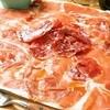 ワインの酒場。ディプント - 料理写真:イタリア産生ハムてんこ盛り イタリア産の生ハムとサラミをこれでもかっ!と盛り付けてみました(笑)この量でこの価格・・・まさに店泣かせ・・ 1,280円