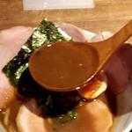 麺と心 7 - 次世代 たまり醤油の煮干白湯ラーメン スープ