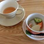 スプーンティ&レストラン - 水出しダージリンと野菜のポトフ : 薄味で野菜の旨味のみを味わえます。