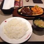 肉の万世 - ハンバーグ120g&ナポリタン 980円 だけかと思ったらライスと味噌汁が付いてきた