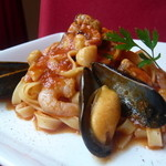 トゥッティ ハウス - いろいろ魚介のトマトソースのタリアテッレ