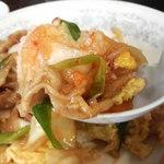 新華苑 - 料理写真:野菜に肉にキムチ。