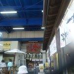 2053569 - いろいろな魚貝販売のお店がある