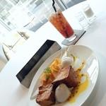 Audi Delight Cafe - マンゴーとパパイヤのパンペルデュ ココナッツソルベ添え