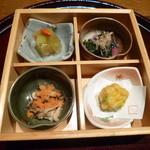 鉄板懐石 宴 - 2013.08 先付:松華堂盛り込みだそうです。奥からにこごり、おひたし、コーンの天ぷら、茸明太子