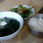焼肉 とらじ - ワカメスープ、サラダ、ライス