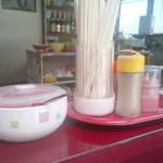あけぼのラーメン - カウンター席のみの構成。昭和の食堂的テイスト。紅ショウガ、コショウあり
