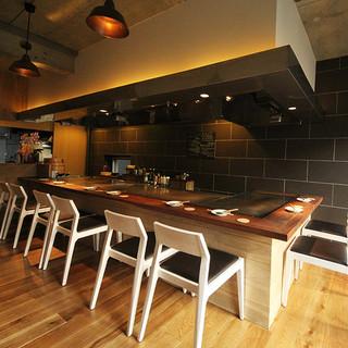 鉄板焼きの調理を間近でお楽しみいただける人気のカウンター席もございます!