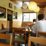 蕎麦遊 いしかわ - 店内は4人がけテーブルが4つと6人がけテーブルが1つ