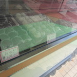 駒屋 - お盆の前だったんで店頭にはこの店の代名詞の豆大福やおはぎ等の数種類しか御饅頭は並んでませんでした。