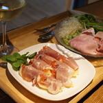 デュッセル - 2013.08ある日のディナー。イチジクに生ハム、サラダにコッホシンケン。白ワインで。