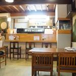 慈げん - テーブル席とカウンター。