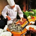 コートヤード・マリオット銀座東武ホテル - ローストビーフ切ります