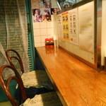 香林坊 - 左側のカウンター席は奥行きが狭い