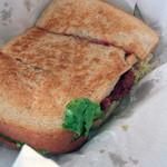 アームズ - コンビーフのサンドイッチ1,200円