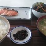 大平食堂 - 鮭の塩焼き、金平ごぼう、豚汁、ふりかけ、ライス小が今日の私の昼定食