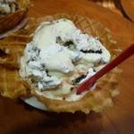 コールド・ストーン・クリーマリー - ホワイト マッドパイ モジョ のピーナッツバターをキャラメルソースに変更