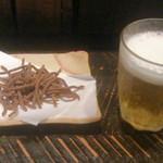 20880551 - グラスビールにお通しの揚げ蕎麦