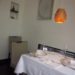 レストラン トエダ - オレンジのランプが印象的な店内。
