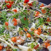 シェフ自ら中央市場や東山市場で仕入れた新鮮で旬の食材を使用した料理を提供