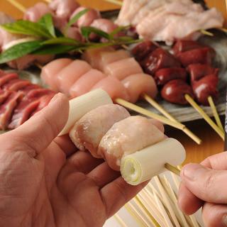 ★毎朝届くフレッシュな鶏肉を店内で手打ち!炭火で焼きあげるジューシーな焼き鳥!