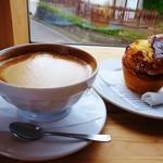 フラットホワイトコーヒーファクトリー - ボウルラテとフルーツマフィン