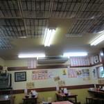 とんとん - 壁面にも天井にも完食者のお札がビッチリ〜