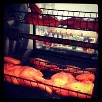 低温で焼き上げるパリッパリの名物ロティサリーチキン!!