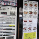 琉そば - 店頭には食券の販売機があるんでまずここで食券を購入してお店に入ります