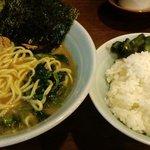 麺家 黒 - 無料のライスと漬物