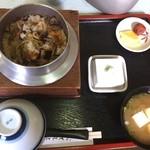 つくも食堂 - 山菜釜めし1400円。注文して一分で完成。後から来た客の釜飯も一分。作り置きかな。