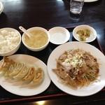 中国家庭料理 家京 - 揚げ鶏の香味ソースかけとギョウザのセット 890円