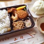 山珍 - 中華弁当A+豚まん(950円)