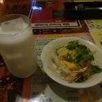 スルヤムキ - ラッシー、サラダ
