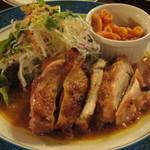 21174043 - 皮がパリッとしていた若鶏のもも肉をオーブンで焼いた「ローストチキン」です。