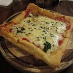 21174047 - サクサクパイ生地にモッツァレラチーズたっぷりのマルゲリータ風「パイピッツァ」です。