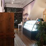 パティスリー ラ グリシーヌ - 落ち着いた雰囲気の店内。イートインスペースは4席です。