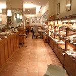 ブーランジェリー ブルディガラ - カフェ併設のキレイな店内
