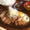 レストラン二条 - 料理写真:サーロインステーキランチ、これだけのボリュームで800円はお得感あり。これ食べて午後も元気にお仕事やっちゃいます〜