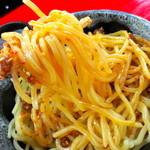 神明 - にんにくラー油を中太麺とよく絡めます