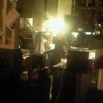 ラグー - 薄暗くてお洒落な店内。奥の厨房からの灯りがまぶしいです