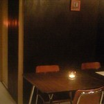ラグー - テーブル席。キャンドルが設置されており、雰囲気抜群