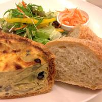 Cafe fuWAri - キッシュセット(自家製パン、サラダ、スープ付き) 900円
