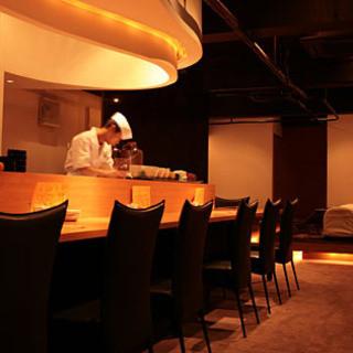カウンター席で店主の技を楽しみながらお食事もおすすめ。